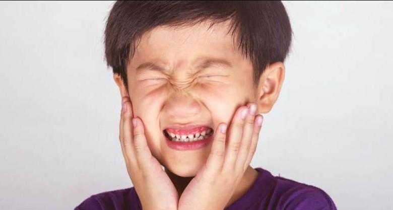 anak panas tumbuh gigi